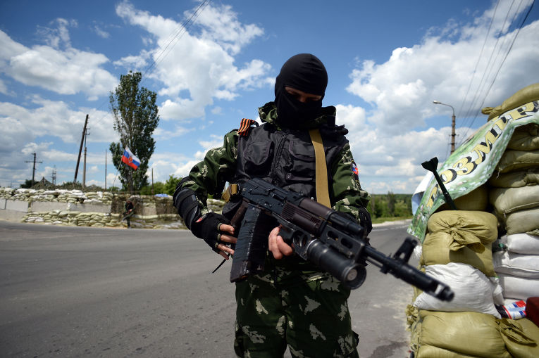 """Ополченец """"Русской Православной Армии"""" на блокпосту в Донецке"""
