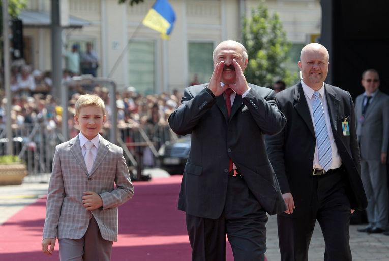 Александр Лукашенко с сыном на церемонии инаугурации Петра Порошенко