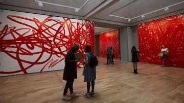 Посетители десятой европейской арт-биеннале Manifesta у инсталляции Отто Цитко в Санкт-Петербурге