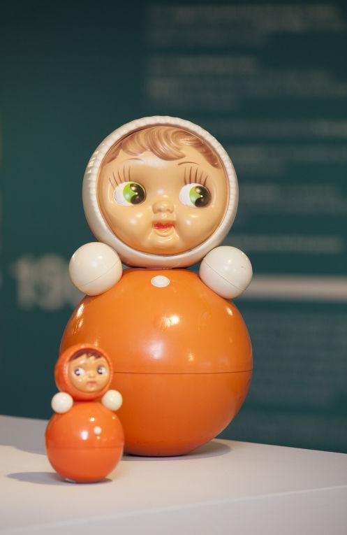 Кукла-неваляшка на выставке «Работа и игра за железным занавесом»