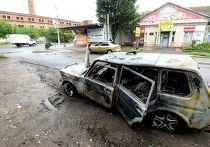Машина, сгоревшая во время обстрела Луганска украинской армией