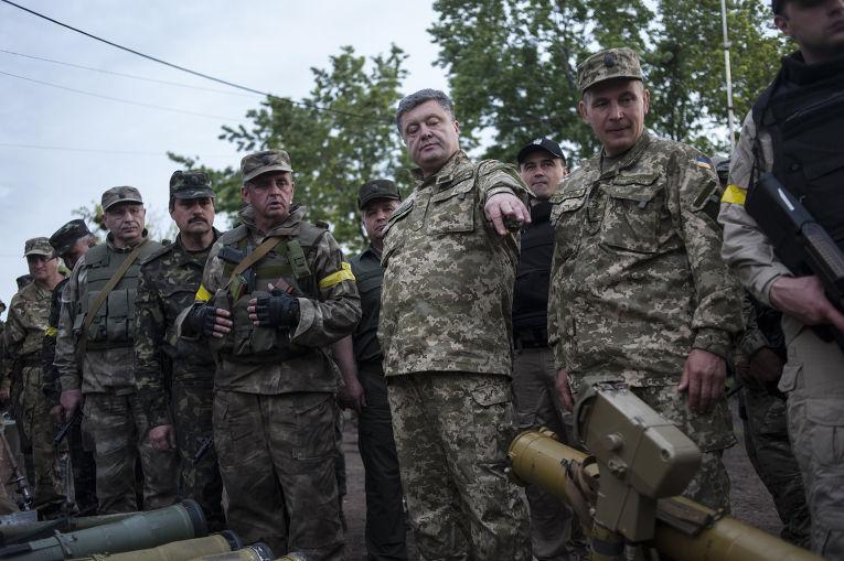 Президент Украины Петр Порошенко проводит смотр войск на военной базе под Харьковом