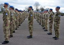 Солдаты Лондонского полка получают голубые береты перед миротворческой миссией ООН