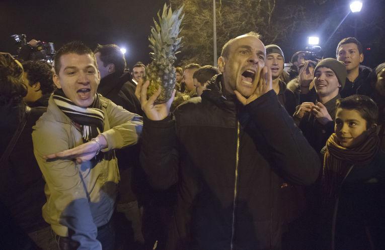 Поклонники французского комика Дьедонне демонстрируют приветствие «кнель»