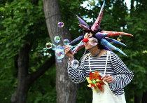 """Больничные клоуны шутили и играли с детьми в московском саду """"Эрмитаж"""""""