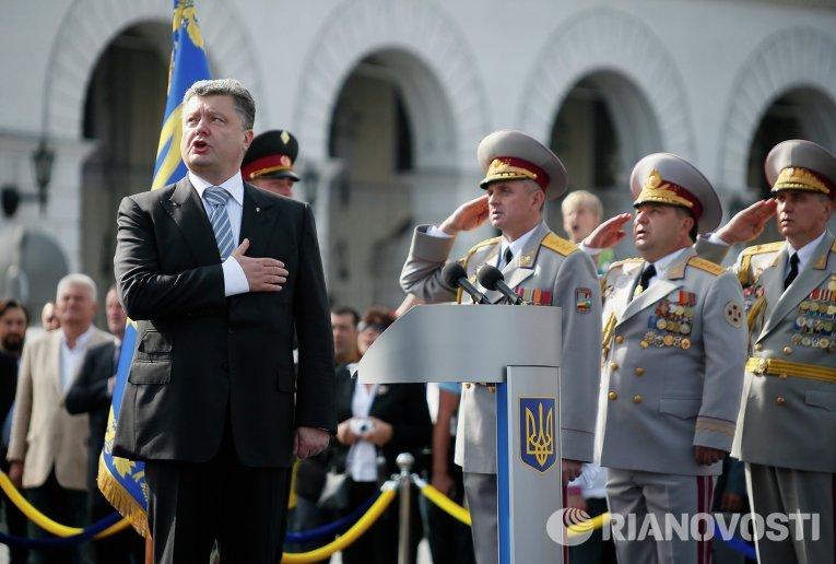 Президент Украины Петр Порошенко во время парада в честь Дня Независимости 24 августа 2014 г