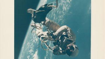 Эдвард Уайт в открытом космосе, фотография Джеймса Макдивитта, командира экипажа корабля «Джемини-4»