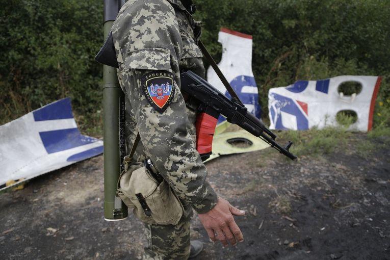 Ополченец ДНР у обломков самолета MH17 Малайзийских авиалиний