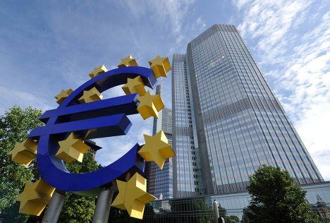 Знак евро на фоне штаб-квартиры Европейского центрального банка во Франкфурте-на-Майне