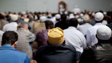 Пятничная молитва в превращенном в мечеть бараке в Париже