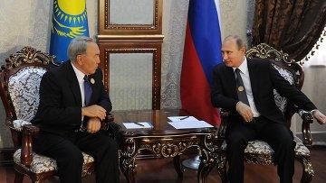 Президент России Владимир Путин и президент Казахстана Нурсултан Назарбаев во время саммита ШОС