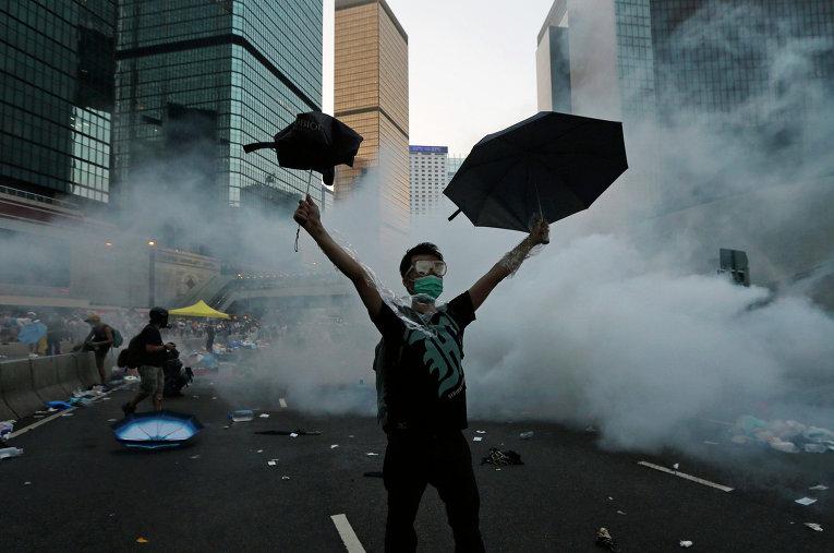 Протестующий во время столкновения с полицией в Гонконге