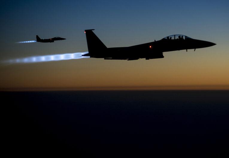 Американские бомбардировщики Макдоннелл-Дуглас F-15E «Страйк Игл» летят над территорией Ирака после нанесения ударов по Сирии