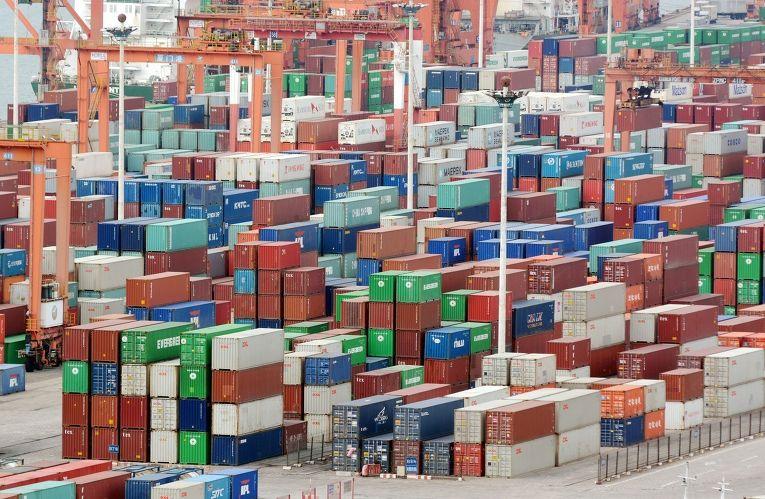 Контейнеры в порту города Сямынь, Китай