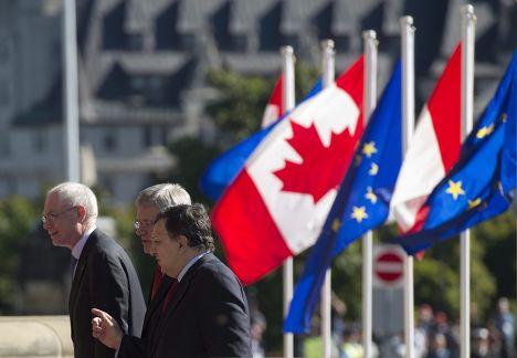 Премьер-министр Канад Стивен Харпер, Жозе Мануэл Баррозу и Херман Ван Ромпей перед подписанием соглашения о создании зоны свободной торговли в Оттаве