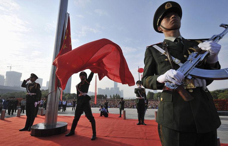 Церемония поднятия флага во время празднования 65-летия образования КНР
