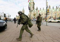 Вооруженные военные возле здания парламента Канады в Оттаве 22 октября 2014