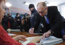 Премьер-министр Арсений Яценюк голосует на выборах в Раду