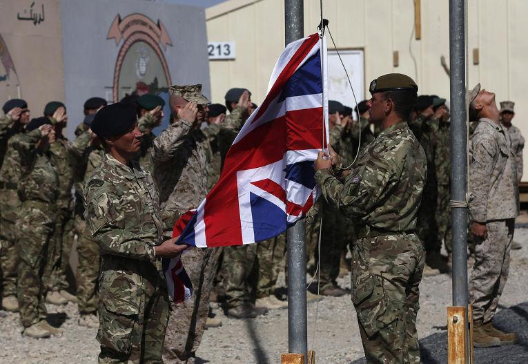 Британские военные спускают флаг миссии на военной базе Гильменд