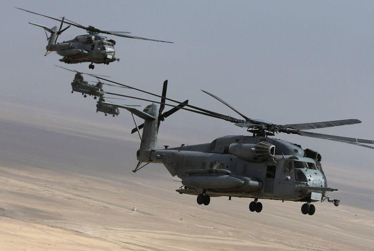 Вертолеты CH-53E и CH-47 «Чинук» покидают военную базу Camp Bastion в провинции Гильменд