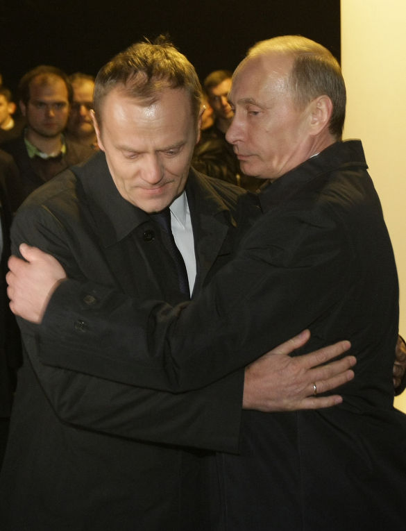 Владимир Путин и Дональд Туск посетили место крушения польского правительственного самолета Ту-154 под Смоленском