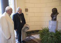 Папа Франциск принимает участие в церемонии открытия бюста своему предшественнику папе Бенедикту XVI