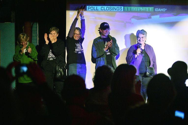 Участники группы, требующей запрета фрекинга в городе Дентон, ждут оглашения результатов выборов