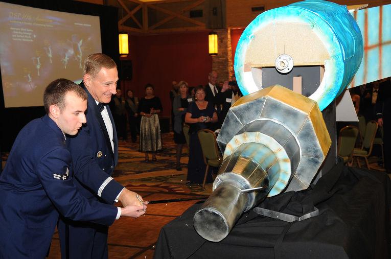 Торт в форме спутника для обнаружения ракет на 40-ую годовщину Программы обеспечения ПРО Военно-воздушных сил США