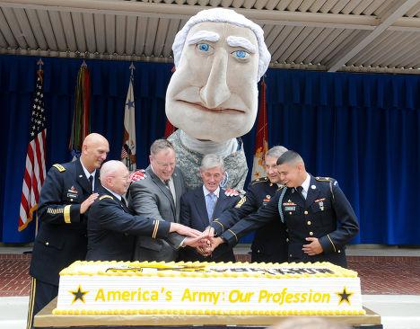 Фигура Джорджа Вашингтона за спиной начальника штаба сухопутных войск США Рэя Одиерно на вечеринке в честь 239-го дня рождения армии