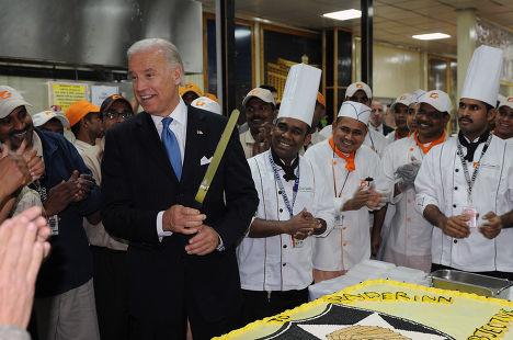 Вице-президент Джо Байдена режет торт на военной базе «Кэмп Либерти» в Багдаде