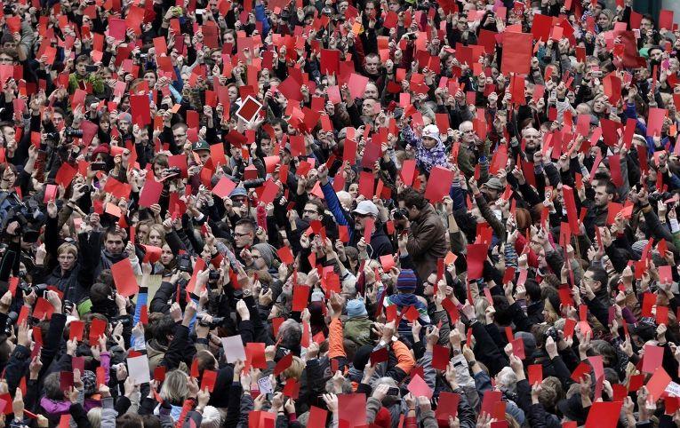 Участники акции протеста в Праге показывают президенту Чехии Милошу Земану символические красные карточки
