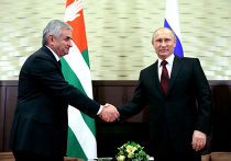 Президент России Владимир Путин и президент Абхазии Рауль Хаджимба во время встречи в резиденции «Бочаров Ручей»
