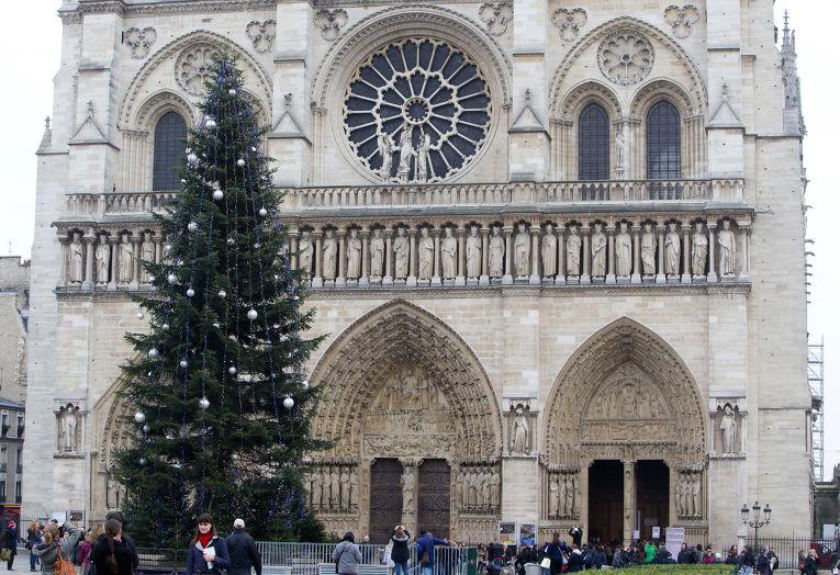 Елка рядом с Собором Парижской Богоматери, подарок России