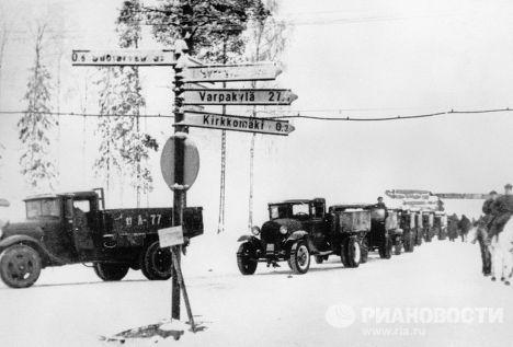Тыловые подразделения Красной Армии направляются к передовым позициям