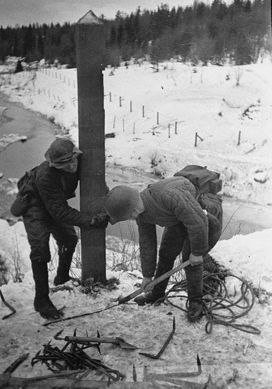 Советские солдаты убирают пограничный пункт в Карелии