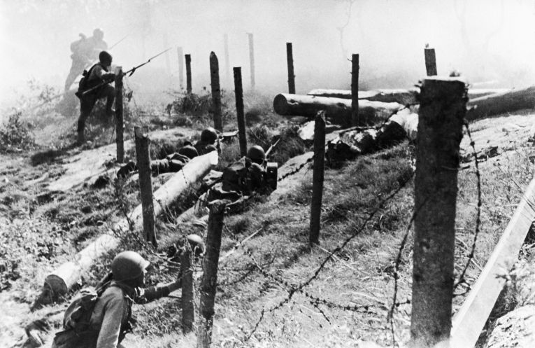 Советские солдаты штурмуют финские позиции