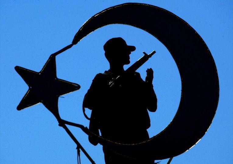 Солдат на фоне символа турецкой государственности