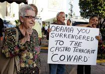 Группа людей протестуют против открытия посольства Кубы в Майами