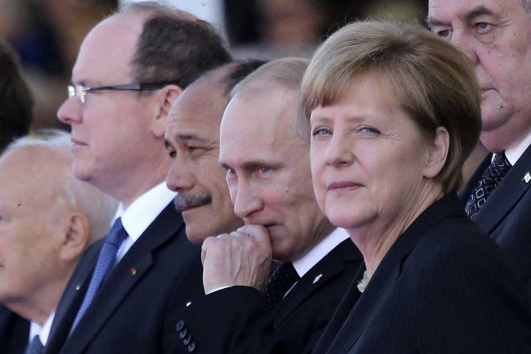 Владимир Путин и Ангела Меркель на праздновании годовщины высадки союзников в Нормандии