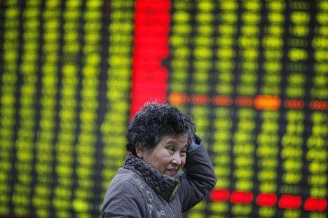 Обеспокоенный инвестор на фондовой бирже в городе Хуайбэй