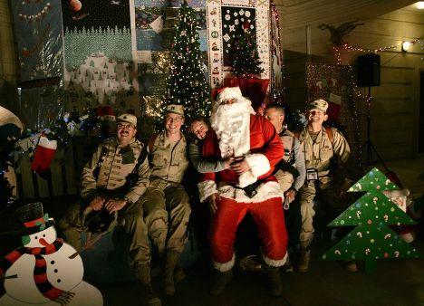 Солдаты отмечают Рождество в американском посольстве в Багдаде