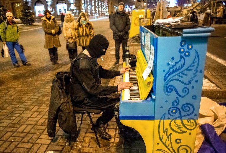 Сторонник оппозиции на площади Независимости в Киеве