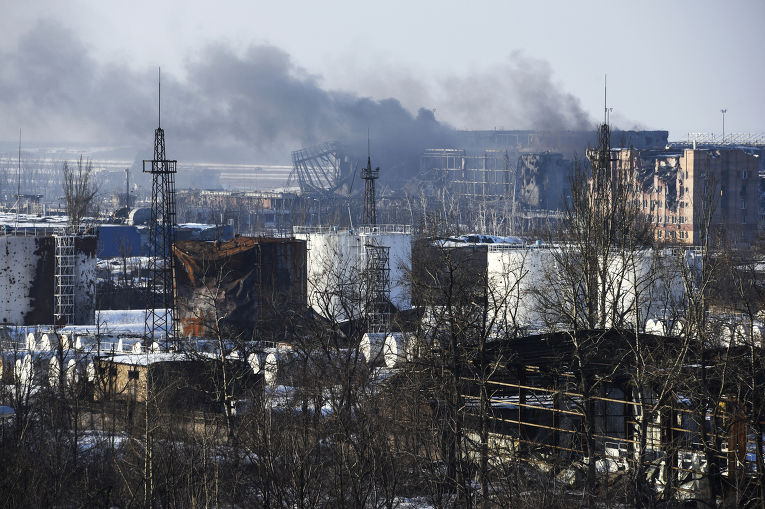 Дым над аэропортом в Донецке