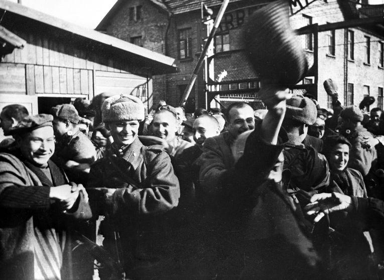 Картинки по запросу советские солдаты освободили концлагеря
