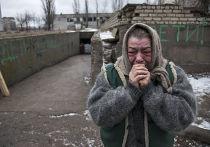 Пожилая женщина прощается со знакомыми, уезжающими из Дебальцево