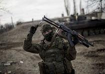 Украинский солдат рядом с Дебальцево