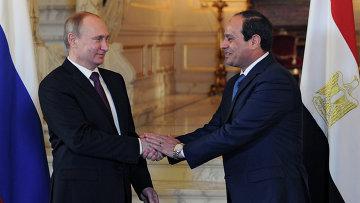 Президент России Владимир Путин и президент Египта Абдель Фаттах ас-Cиси во время встречи в Каире