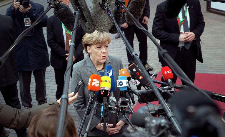 Канцлер Германии Ангела Меркель общается с журналистами перед саммитом ЕС в Брюсселе