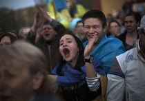 Люди кричат антироссийские слоганы на акции в Донецке, апрель 2014 года