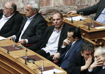 Министр финансов Греции Янис Варуфакис (третий слева) слушает речь Алексиса Ципраса на заседании парламента в Афинах